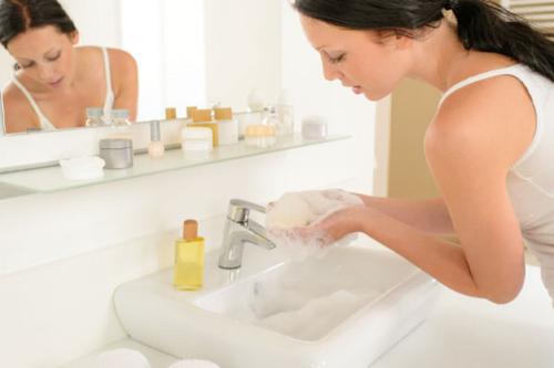 избавиться от прыщей - умывание мылом